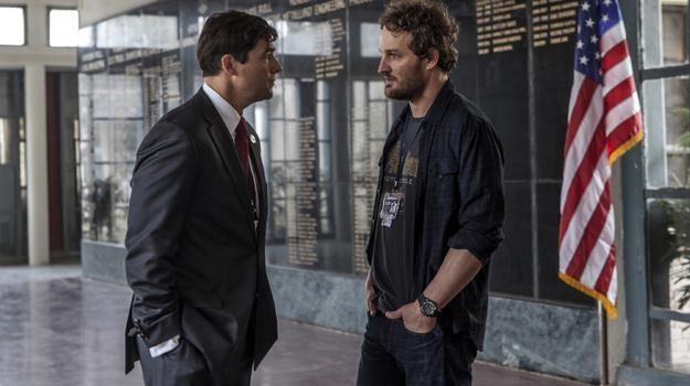 """Kyle Chandler i Jason Clarke w scenie z filmu """"Wróg numer jeden"""" /materiały dystrybutora"""
