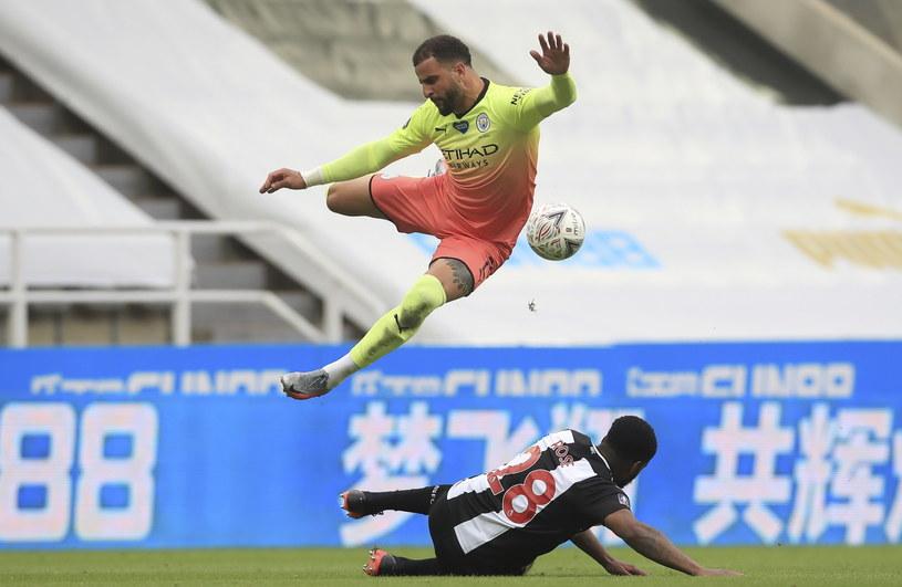 Kyle Walker (u góry) w trakcie meczu z Newcastle United /Owen Humphreys/NMC/Pool /PAP/EPA