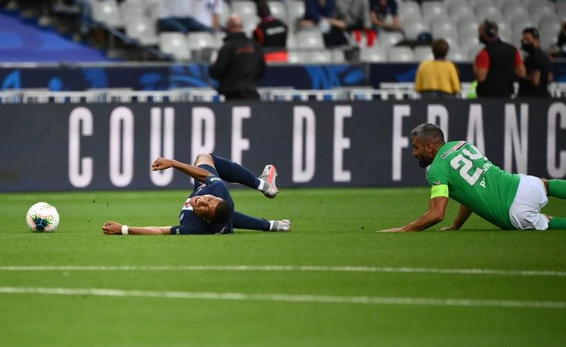 Kylian Mbappe brutalnie sfaulowany przez Loica Perrina w finale Pucharu Francji /AFP FRANCK FIFE /AFP