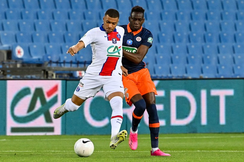 Kylian Mbappe (z lewej) i Junior Sambia podczas walki o piłkę / PASCAL GUYOT /AFP