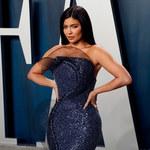 Kylie Jenner pozuje w złotym bikini