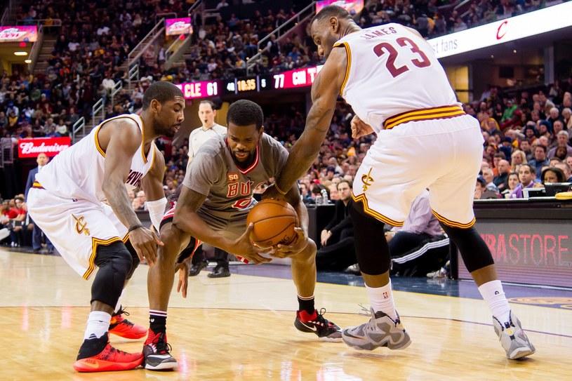 Kyrie Irving (z lewej) i LeBron James (z prawej) w starciu z Aaronem Brooksem z Chicago Bulls /AFP