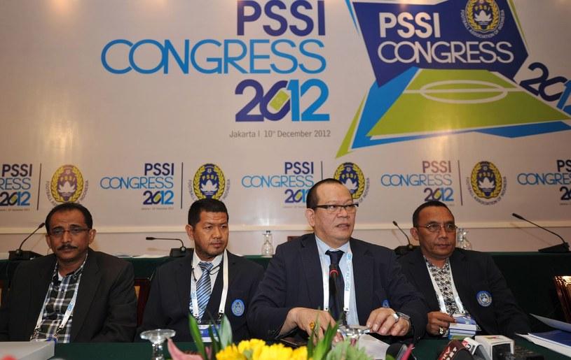 La Nyalla Matalitti (drugi od prawej) - prezes indonezyjskiej federacji piłkarskiej podczas jej kongresu w 2012 roku /AFP