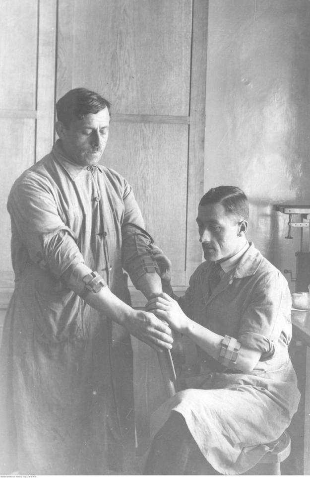 Laboranci podczas karmienia zakażonych wszy w pracowni badań profesora Rudolfa Weigla /Z archiwum Narodowego Archiwum Cyfrowego