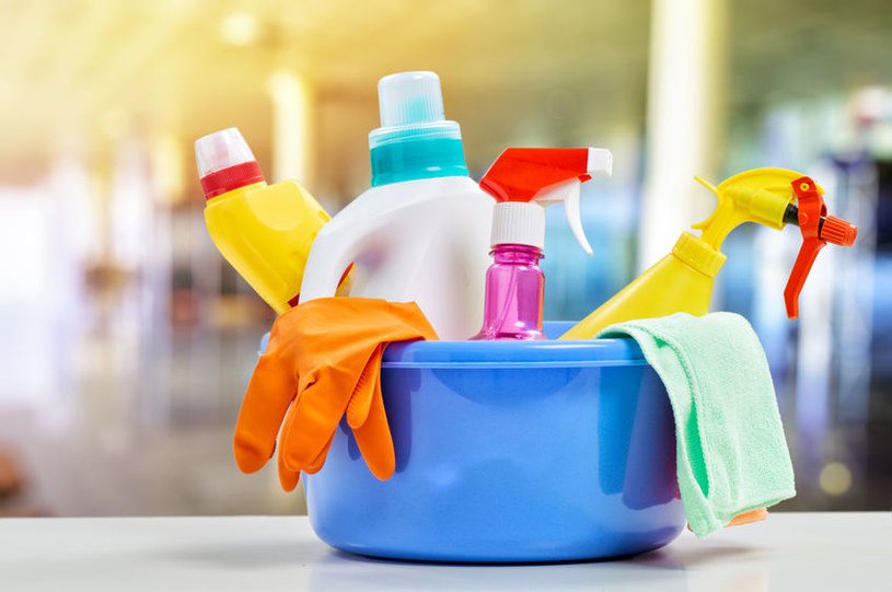 Łączenie niektórych środków czystości ze sobą może być groźne dla zdrowia /123RF/PICSEL
