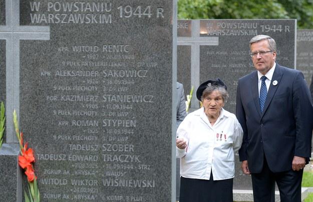 łączniczka Wanda Traczyk-Stawska (z lewej) oraz prezydent Bronisław Komorowski /Radek Pietruszka /PAP