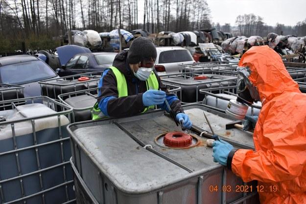Łącznie służby ujawniły 615 pojemników typu mauser w pełni wypełnionych nieznaną, czarną substancją /WIOŚ Warszawa /