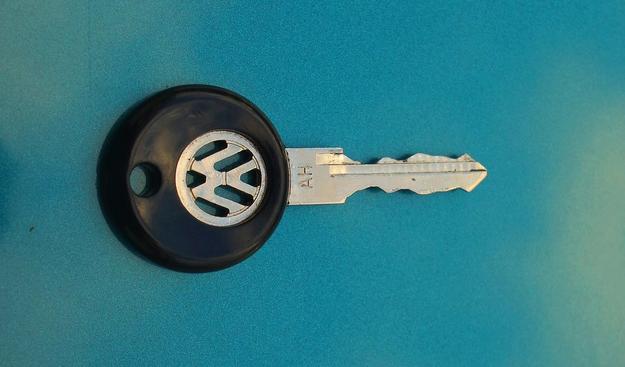 Ładny detal: kluczyk z wycinanym logo Volkswagena. /Motor