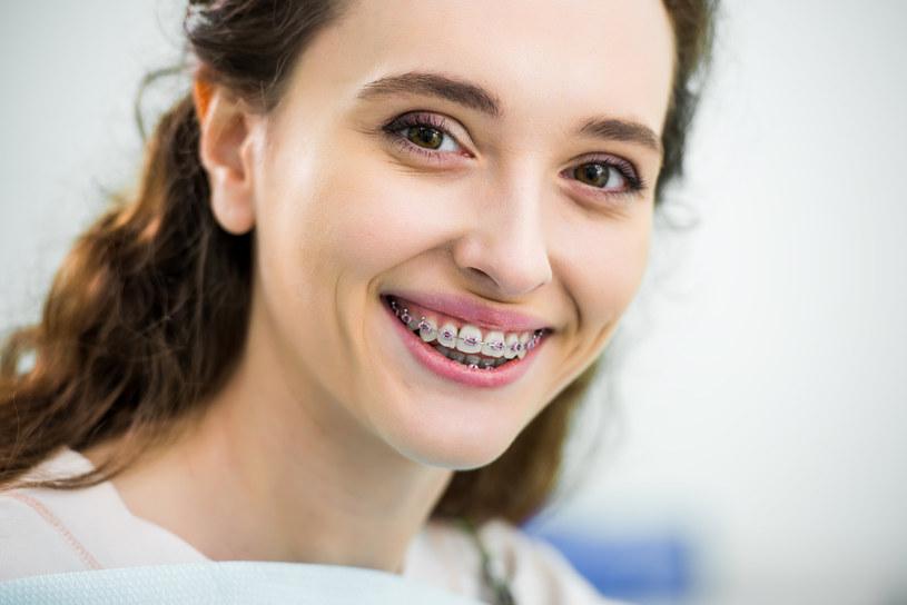 Ładny uśmiech pomaga zrobić dobre pierwsze wrażenia /materiały promocyjne