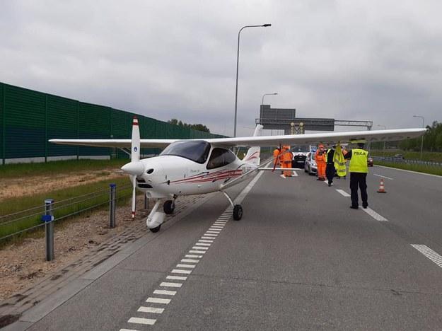 Lądowanie awionetki na A1 /Policja