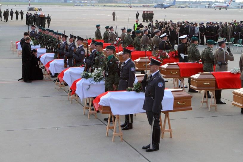 Lądowanie ostatniego samolotu z ciałami ofiar katastrofy smoleńskiej; Warszawa 2010 /Jan Kucharzyk /East News