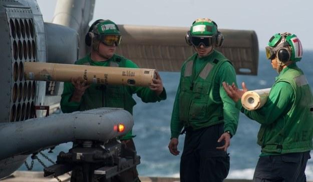 Ładowanie pasywnych pław DIFAR do zrzutni na śmigłowcu MH-60R Sea Hawk– fot. A.Gonzales/US Navy /materiały prasowe