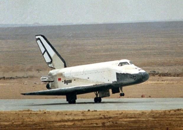 Lądowanie radzieckiego promu kosmicznego Buran /Kosmonauta