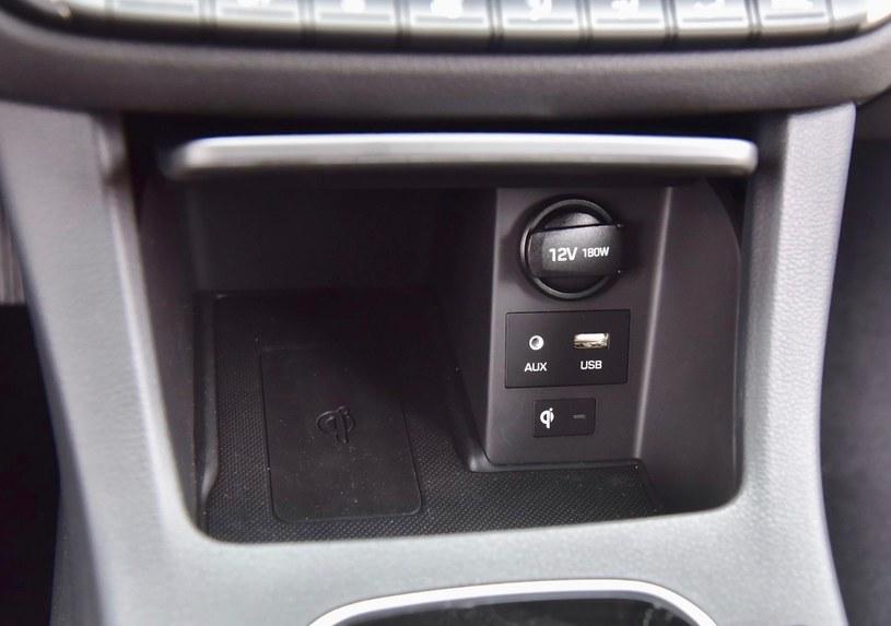 Ładowarka indukcyjna należy do wyposażenia seryjnego wersji Premium. /Motor
