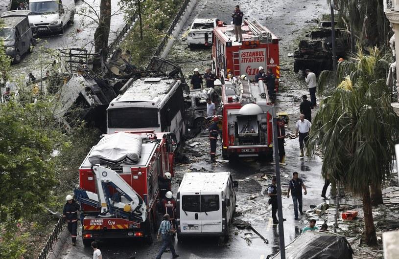 Ładunek wybuchowy eksplodował we wtorek rano w pobliżu przystanku autobusowego w centrum Stambułu /SEDAT SUNA /PAP/EPA