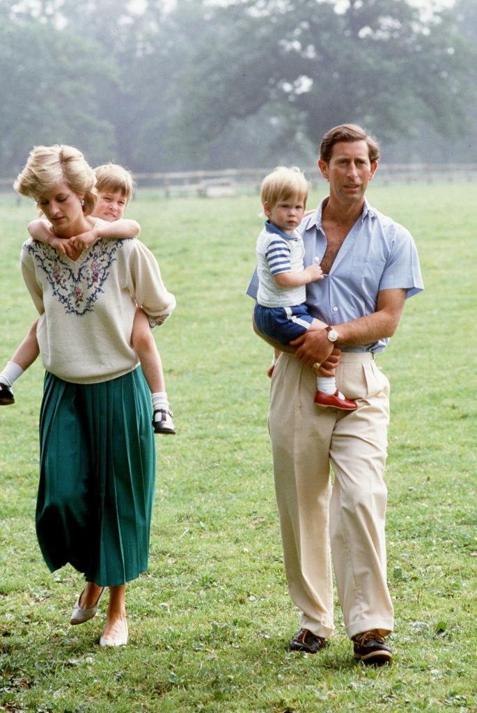 Lady Diana i Książę Karol  wraz z dziećmi w posiadłości Highgrove /Tim Graham / Contributor /Getty Images