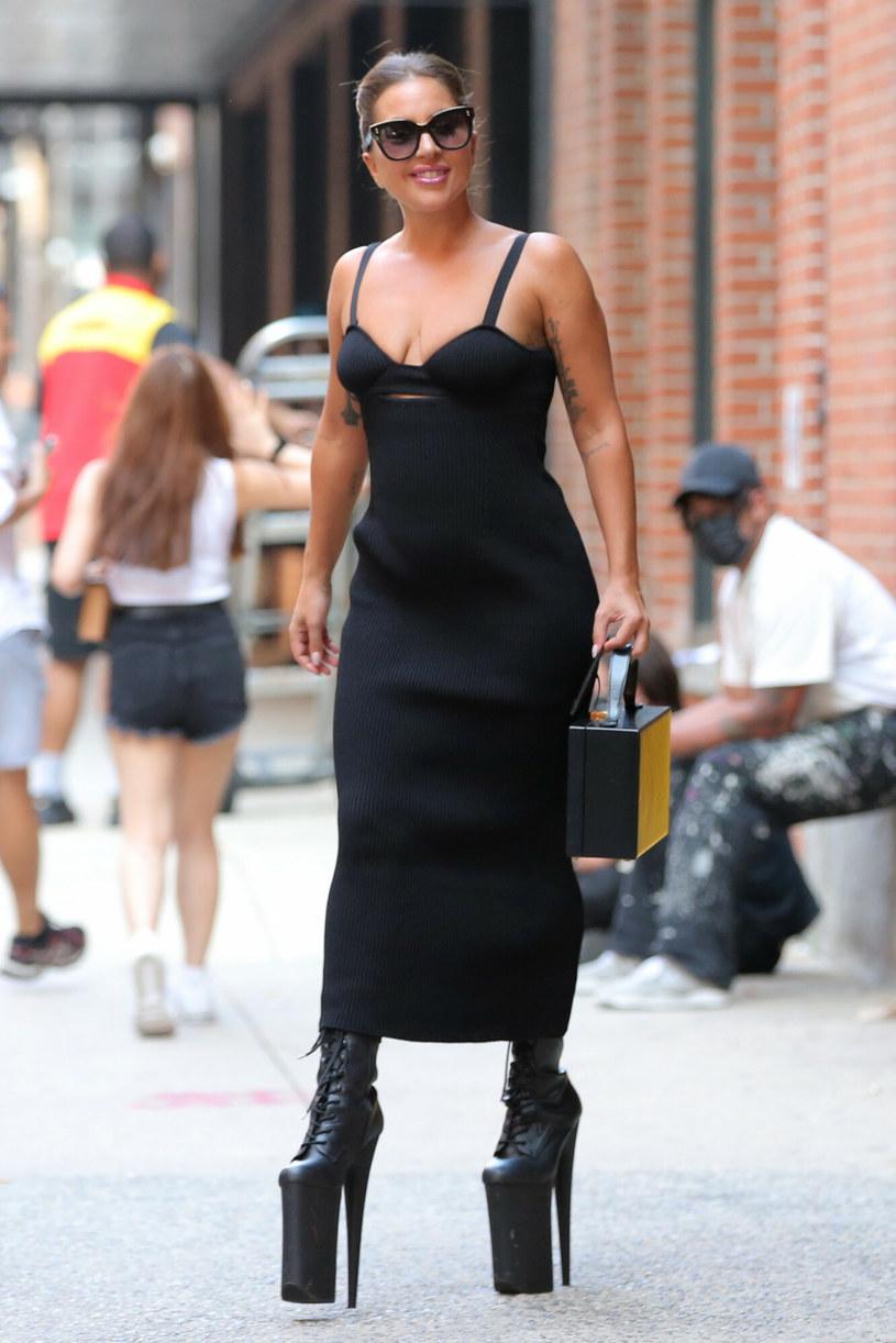 Lady Gaga lubi optycznie dodać sobie kilka, a nawet kilkanaście centymetrów. /Felipe Ramales / SplashNews.com/East News /East News