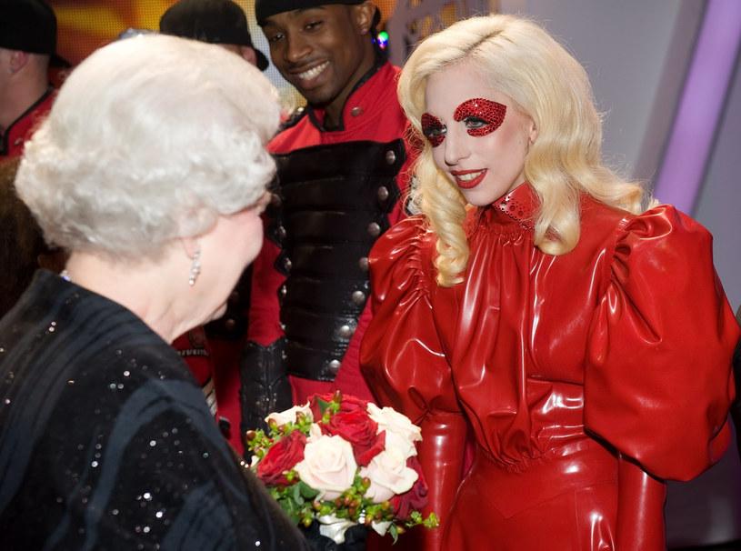 Lady Gaga podczas pamiętnego spotkania z Królową Elżbietą II w 2009 roku /AFP/EAST NEWS /East News