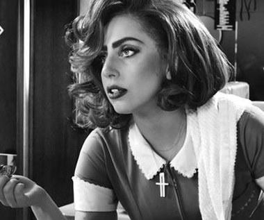 Lady Gaga serwuje drinki, Christopher Lloyd bierze w żyłę!