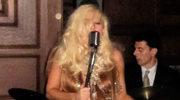 Lady Gaga w pelerynie z włosów