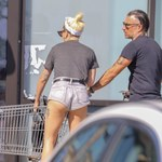 Lady Gaga w skąpych szortach. Nie za krótkie?