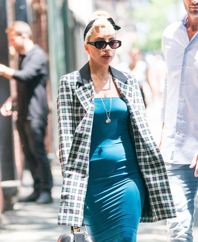 Lady Gaga z wyraźnie zaokrąglonym brzuszkiem /East News