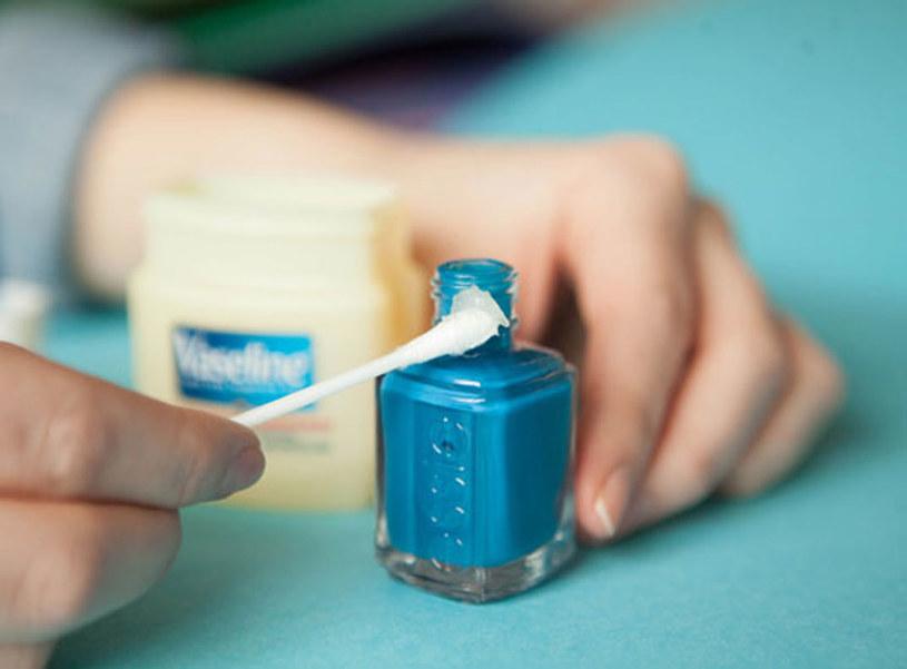 lakier do paznokci zabezpieczanie /© Photogenica