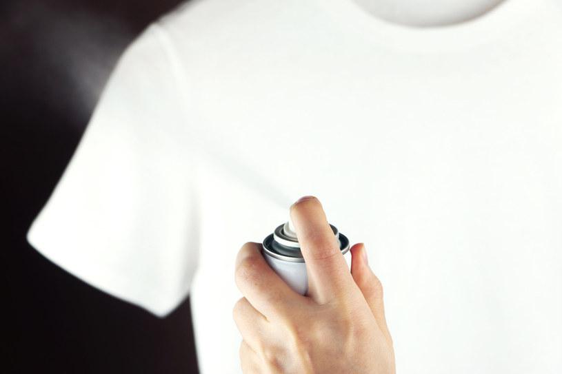 Lakier do włosów pomoże na elektryzowanie się ubrań /123RF/PICSEL