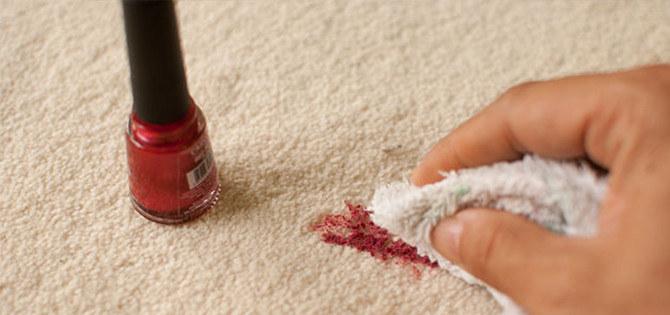 lakier na dywanie /© Photogenica