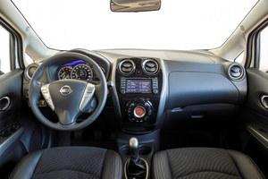 Lakierowane tworzywa i atrakcyjne zegary ożywiają wnętrze. Panel klimatyzacji okazuje się przyjazny w obsłudze, podobnie jak system multimedialny z polskim menu. Nie brakuje też miejsc na drobiazgi – pasażer ma przed sobą dwa spore schowki. /Nissan