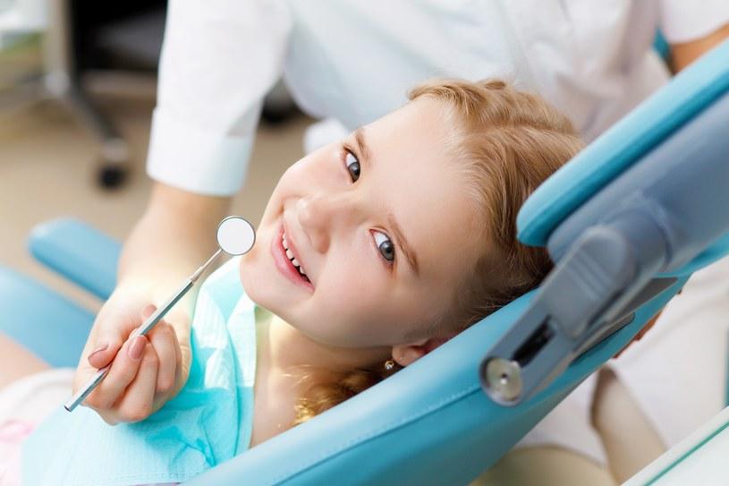 Lakowanie zębów ma chronić je przed próchnicą /123RF/PICSEL