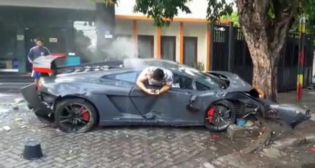 Lamborghini i jego kierowca tuż po wypadku /
