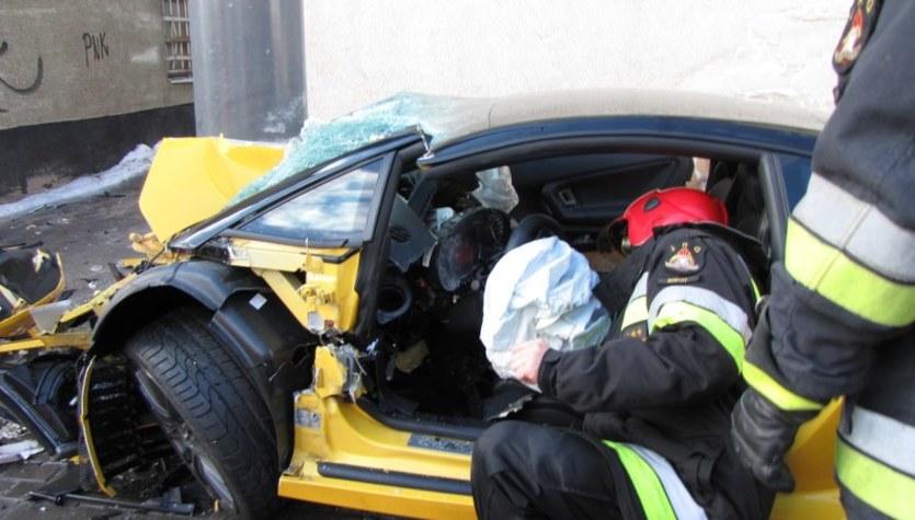 Lamborghini rozbite na ulicznej latarni