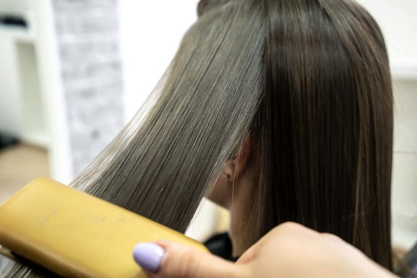 Laminacja włosów galaretką sprawi, że będą one wygładzone i lśniące /123RF/PICSEL