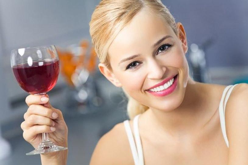 Lampka czerwonego wina lub mocna czarna kawa wypita po posiłku wspomogą trawienie /123RF/PICSEL