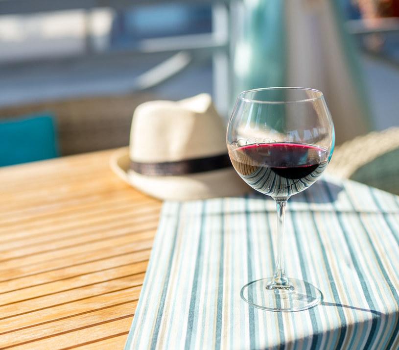 Lampka czerwonego wina opóźni starzenie się /123RF/PICSEL