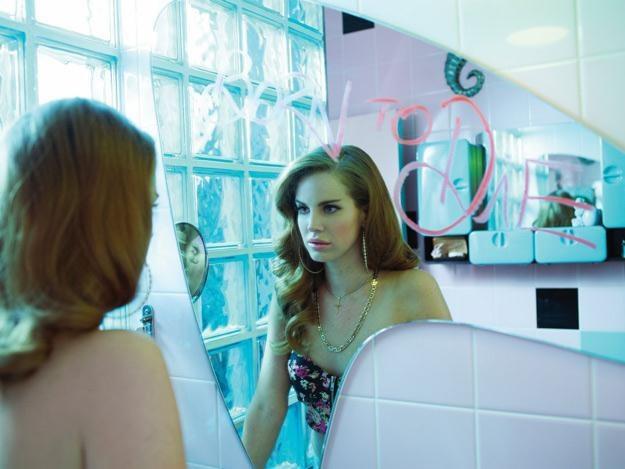 Lana del Rey gustuje w stylistyce lat 60. /Universal Music Polska