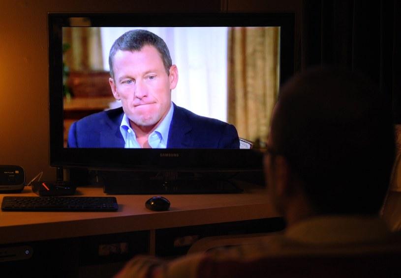 Lance Armstrong na ekranie telewizora /AFP