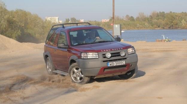 Land Rover Freelander I jest jednym z pierwszych popularnych samochodów wykorzystujących dołączany napęd na koła tylne. /Motor