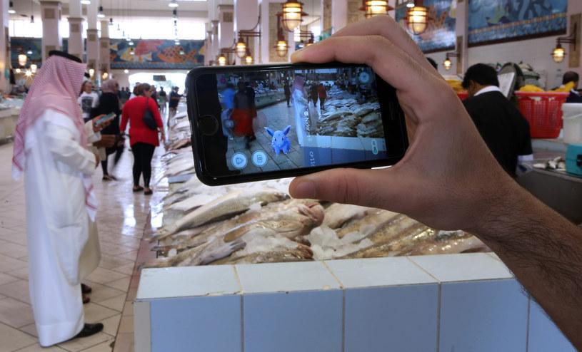 Łapanie pokemonów na targu rybnym w Kuwejcie /AFP