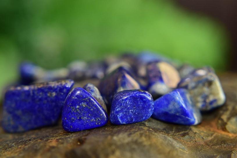 Lapis lazuli oprócz wyjątkowych mocy ma niepowtarzalną głębię koloru /123RF/PICSEL