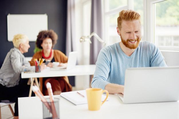 Laptop w biurze – ergonomia stanowiska pracy /materiały prasowe