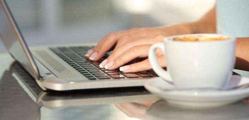 Laptop wymaga doładowania /123RF/PICSEL
