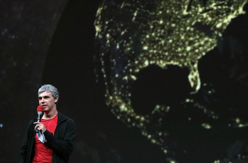 Larry Page na scenie, w tle nowa wersja Map Google. Współtwórca najpopularniejszej na świecie wyszukiwarki zapowiada, że to dopiero początek wielkich zmian /AFP