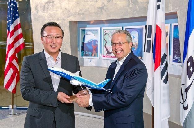 Larry Schneider z Boeinga oraz Bumcoo Cho z Samsunga - partnerstwo obu firm /materiały prasowe