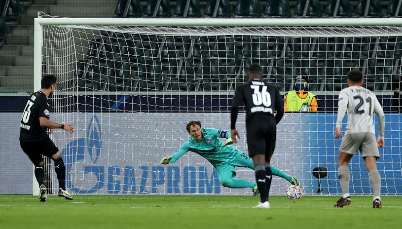 Lars Stindl wykorzystuje rzut karny w meczu Borussia M. - Szachtar /AFP