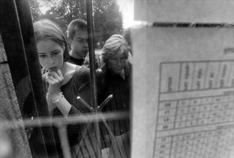 Lata 90. Sprawdzanie wyników matur lub egzaminów na studia. /Fot. Grzegorz Roginski /Agencja FORUM