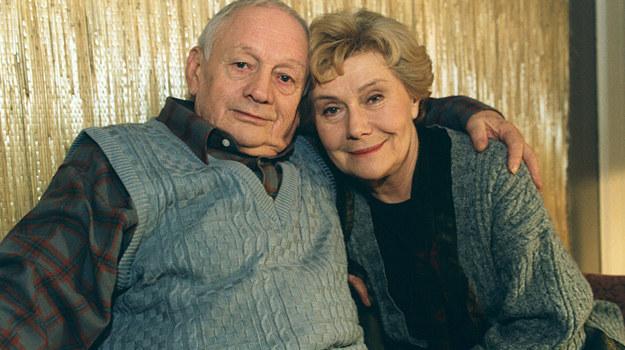 Lata lecą, a seniorzy rodu Barbara i Lucjan Mostowiakowie (Teresa Lipowska i Witold Pyrkosz) nieustannie troszczą się o rodzinę /Prończyk /AKPA