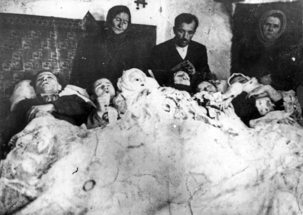 Latacz, powiat Zaleszczyki, woj. tarnopolskie. Rodzina Karpiaków, na której UPA dokonała mordu 14 grudnia 1943 r. /KARTA /Agencja FORUM