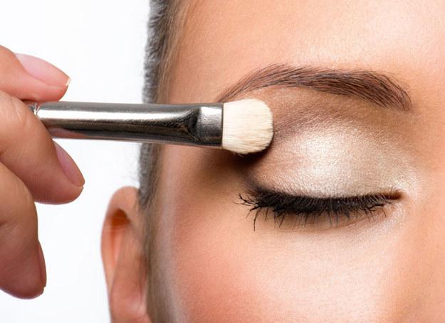"""latem makijaż moze dosłownie """"spłynąć' /123RF/PICSEL"""
